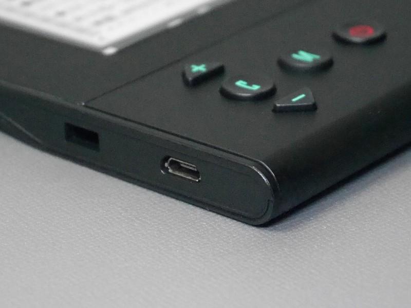 左側面にはUSB Micro Bコネクタがある。補助給電用のようだが、筆者環境では使用時に画像の乱れが発生した