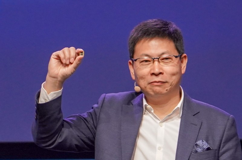 Kirin 980を手に持つHuawei Technologies コンシューマビジネス事業本部 事業最高責任者 リチャード・ユー氏