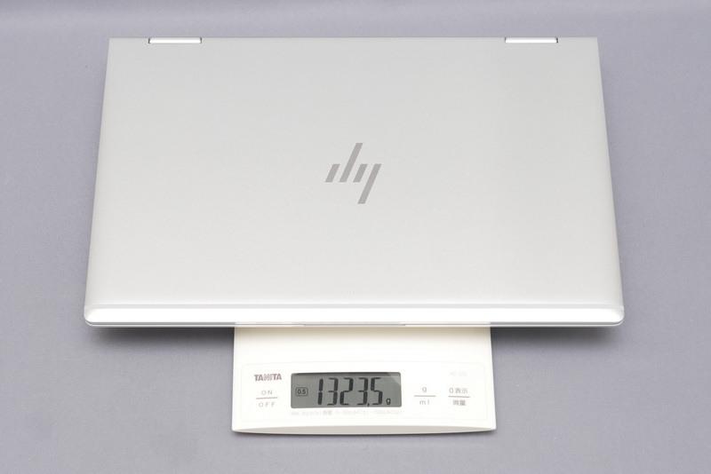 重量は実測で1,323.5gと、13.3型モバイルとしてはやや重い