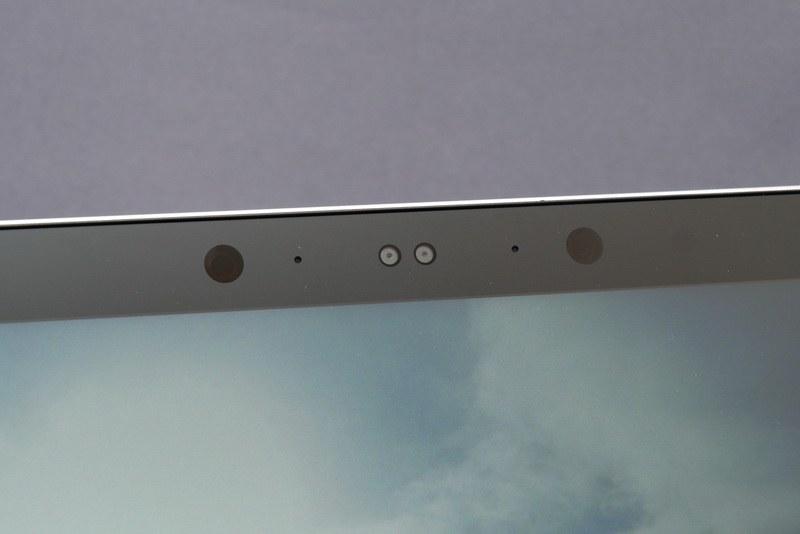 ディスプレイ上部には、Windows Helloの顔認証機能に対応する赤外線カメラを搭載