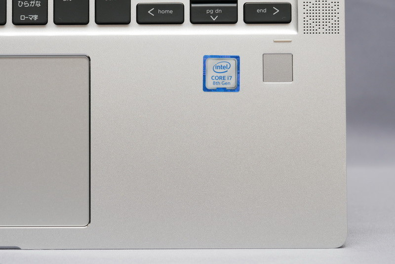 右パームレストには指紋認証センサーを用意
