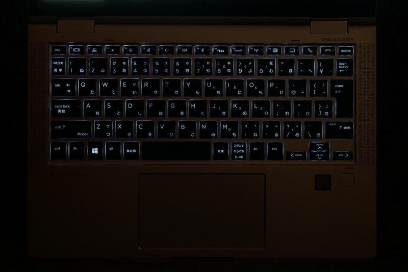 キーボードバックライトも内蔵するため、暗い場所でのタイピングも快適