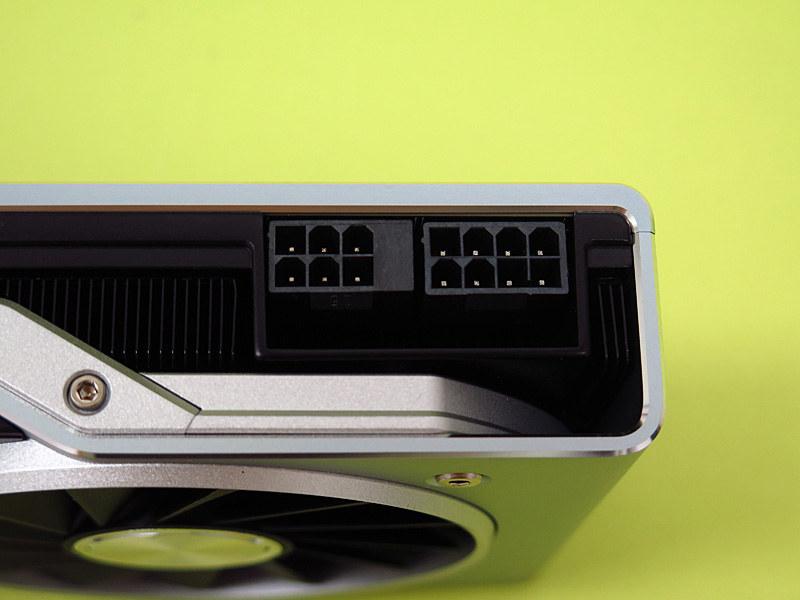 PCI Express補助電源は6ピン+8ピン。6ピンのうち2ピンは潰されているタイプで、将来的に8ピン+8ピンを装着する余裕があることが窺える