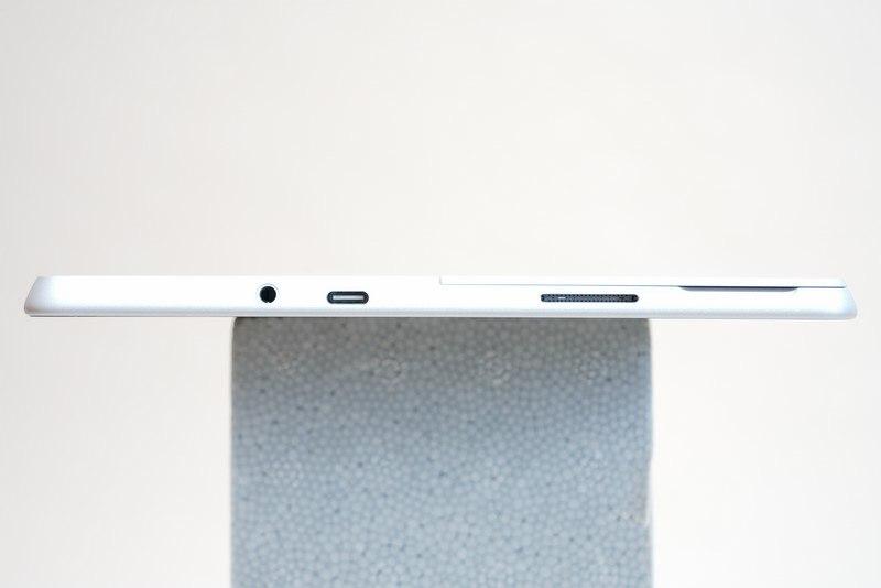 本体右側面。左からUSB Type-C、3.5mm音声出力、Surface Connectポートが用意されている