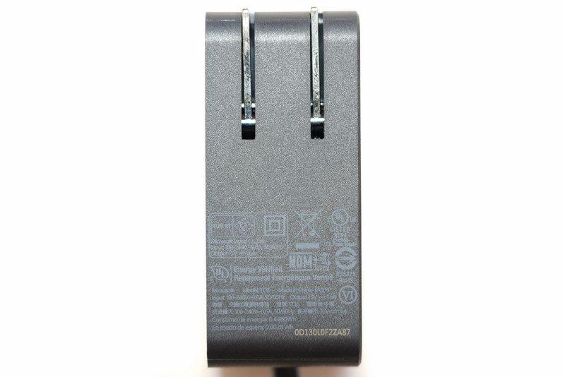 24W電源アダプターの仕様は、入力100-240V/0.6A、出力15V/1.6A。容量は24W