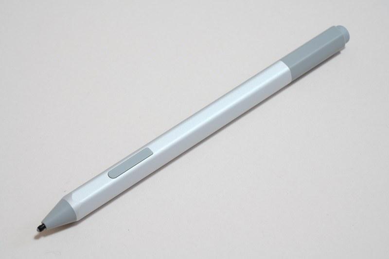シルバー色のSurfaceペン。新型は従来のSurfaceペンに存在したクリップが省かれている。側面とノック部にボタンがある構成は変わらない
