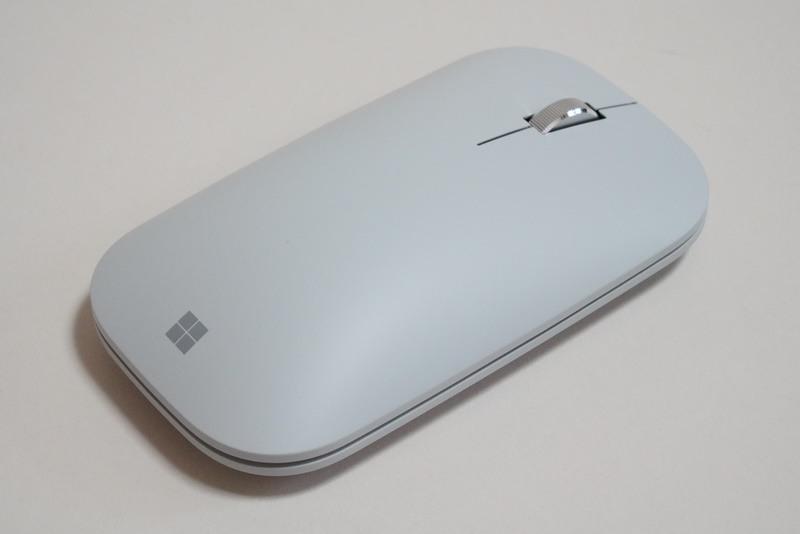 グレー色のSurfaceモバイルマウス。ホイールボタンが装備されている