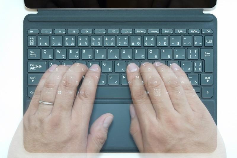 キーピッチはSurface Proの19mm前後より狭いが、手の大きな筆者でもすぐにタッチタイプできるようになった