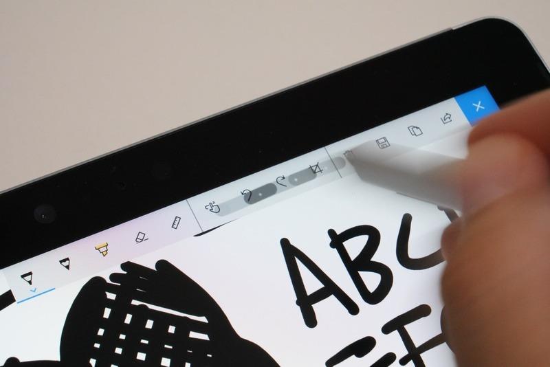 Surfaceペンを使うと、機能アイコンの上にも描線が表示される。Surface Proと同様に、CPUを介さずにディスプレイに直接描画し、そのあとに計算された線を再描画することで低遅延を実現している