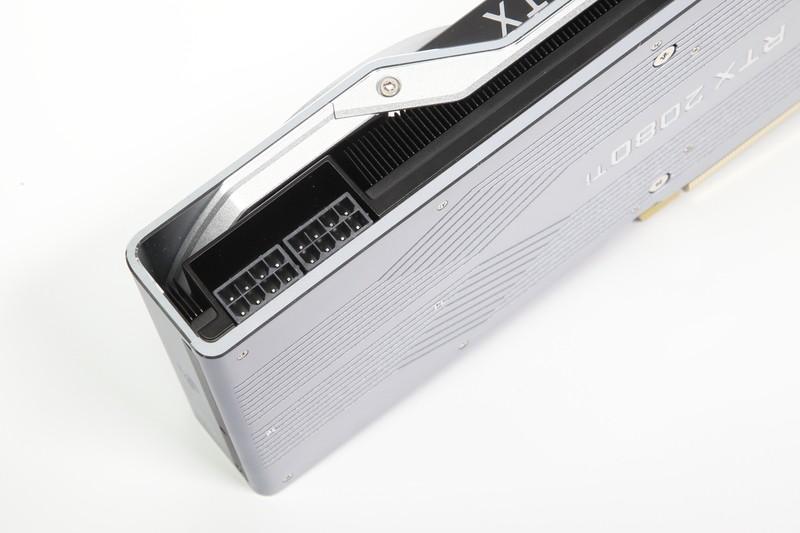 GeForce RTX 2080 Tiの補助電源コネクタ。8ピンを2系統備えており、最大375Wの電力を供給可能