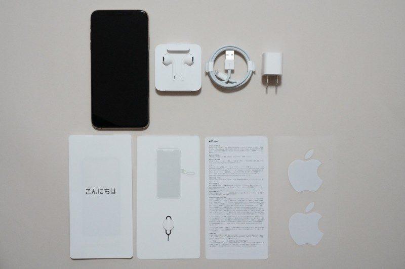 同梱物一覧。iPhone本体、EarPods with Lightning Connector、Lightning - USBケーブル、USB電源アダプタ、マニュアル(クイックスタートガイド、SIMピン、iPhoneユーザーガイド、ステッカー)とシンプルな構成だ