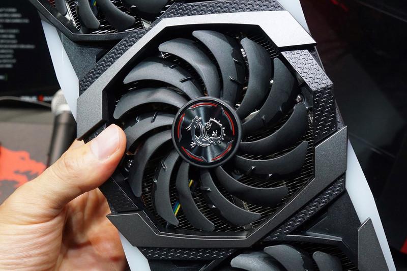 写真ではわかりにくいが、ファンの下のヒートシンクの形状が波打ったようなデザインに変わり、冷却能力が向上しているという。