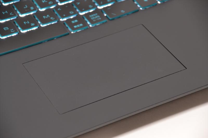 タッチパッドはボタンと融合した1枚板タイプ。下部の左右がクリックできる