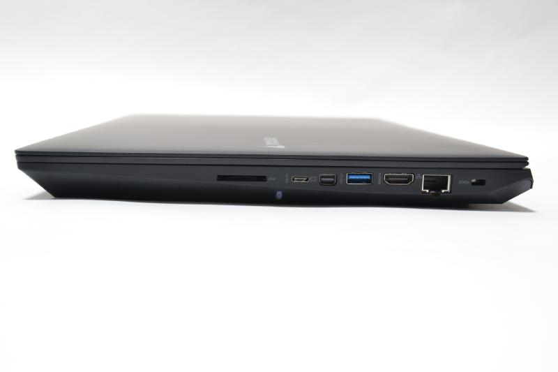 右側面は、SDカードスロット、USB Type-C、Mini DisplayPort、USB、HDMI、Gigabit Ethernet