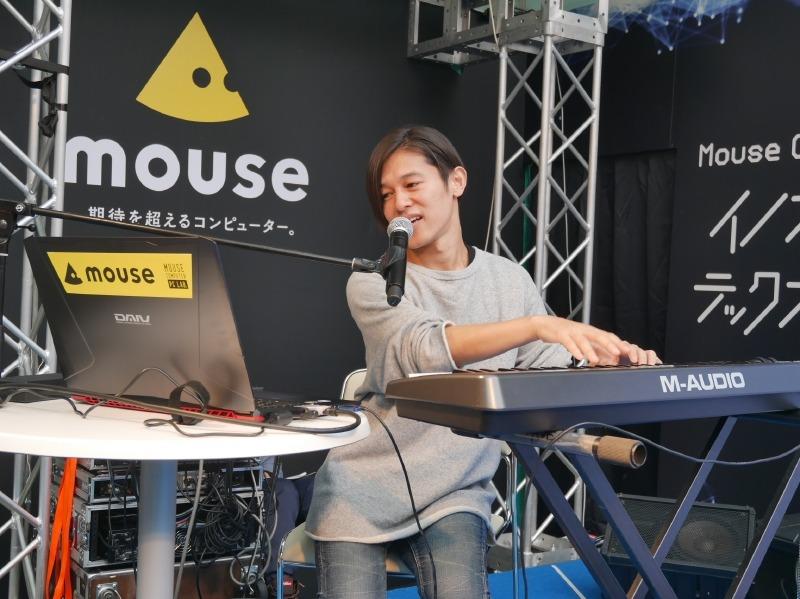 DAIVを使用した曲づくりをステージ上で実演した「DE DE MOUSE」