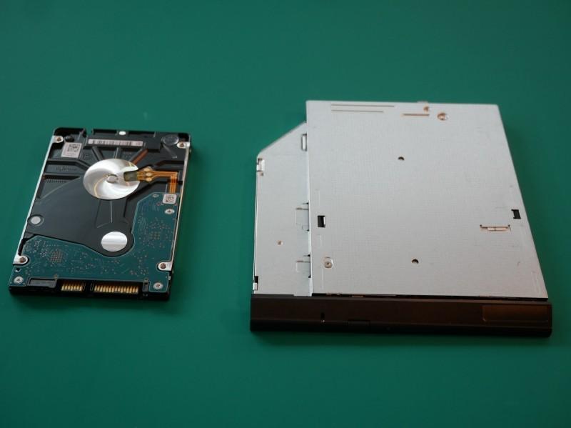 HDD(左)とODD(右)