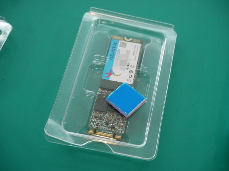 SSD。上にあるのはサーマルパッド