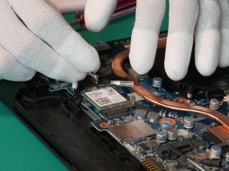 続いた無線LANモジュールの接続。この組み立てで一番の難関となる作業