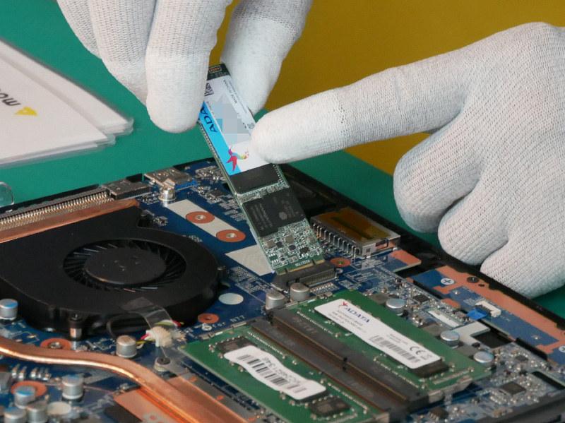 続いてSSDの搭載。搭載前にサーマルパッドを貼り付ける