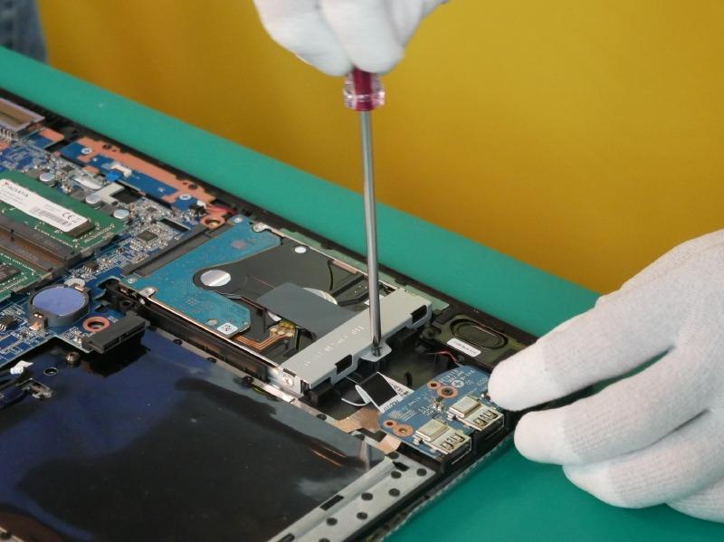 HDDをネジで固定する