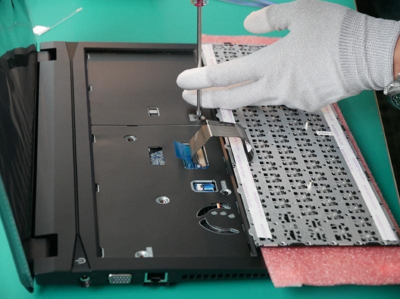 キーボードの位置からネジを締めて、バックカバーを固定