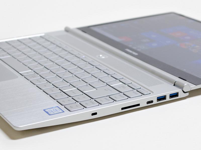 右側面。USB 3.0×2、Type-C、メディアリーダー、ロックポート。ロックポートが手前にあるのは珍しい