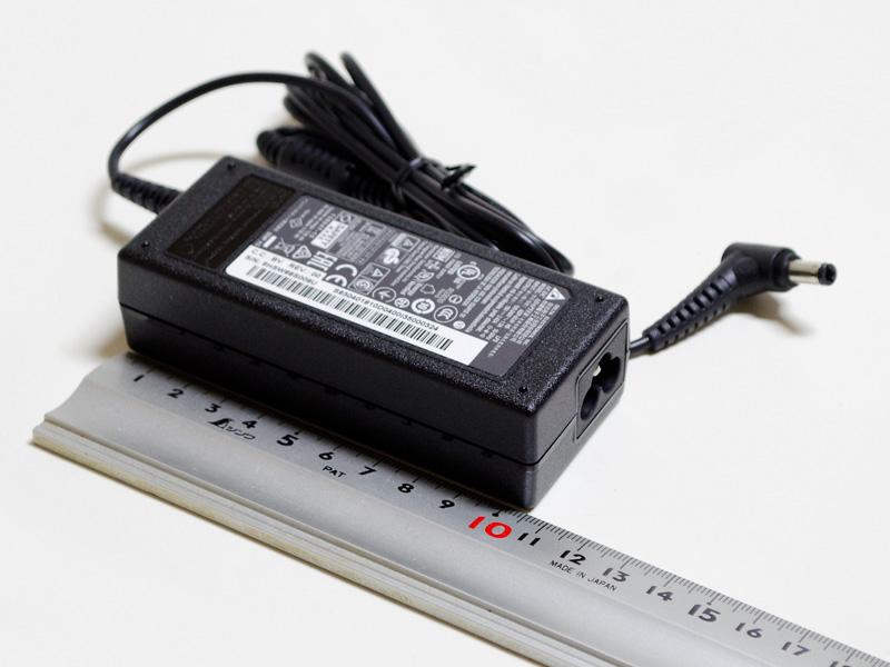 ACアダプタは約105×45×30mm(同)、重量215g。出力19V/3.42A。コネクタがミッキータイプ