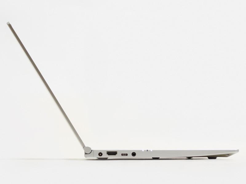 横から。ゴム足からキーボードまでの厚みが約1.5cmとスリム。パネルはもうギリギリの薄さか