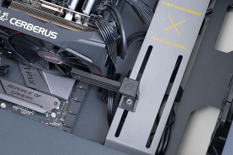 スタビライザーを装備。ビデオカードを支えるスタビライザー(VGAホルダー)を搭載。シンプルな構造だが、あるとないでは安心感がかなり違う。重さのあるカードを使う場合にはうれしい