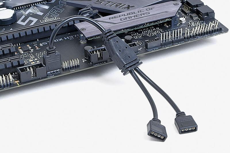 RGBピンヘッダで同期。STRIXシリーズの中では廉価なモデルだけにRGBピンヘッダは1基のみ。今回の作例ではCPUクーラーとケースで2つ必要になるため、市販の分岐ケーブルを利用した