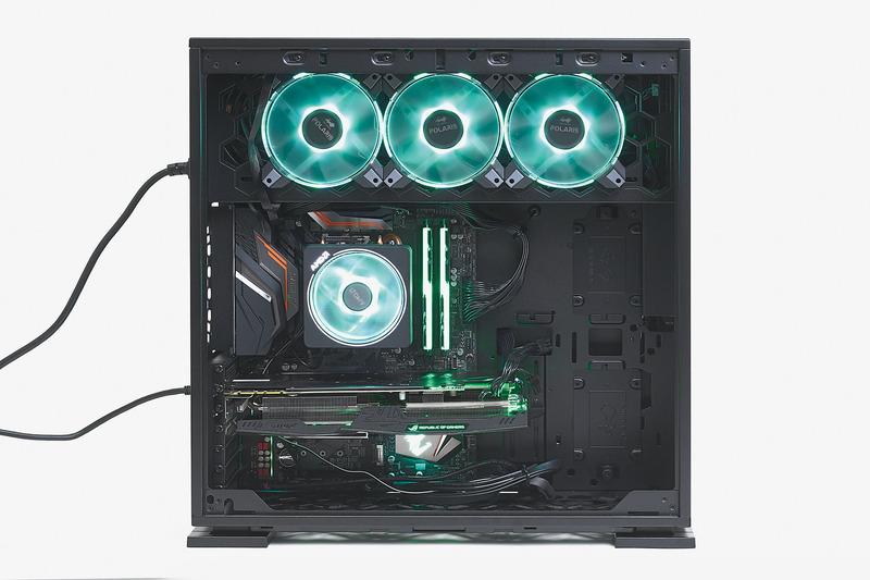 SNS映えするどハデな発光。CPUクーラー、メモリ、ケースファンのRGB LEDがケース内部を演出。見えにくいが、マザー下部のロゴも発光する。SNS映えしやすくするため、光を同系色でまとめるのが最近のトレンドだ