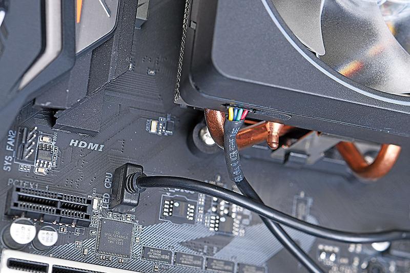 X470 AORUS ULTRA GAMINGは、CPUソケット近くにRGB LEDピンヘッダを用意。RGB LED対応CPUクーラーが増えているだけにありがたい