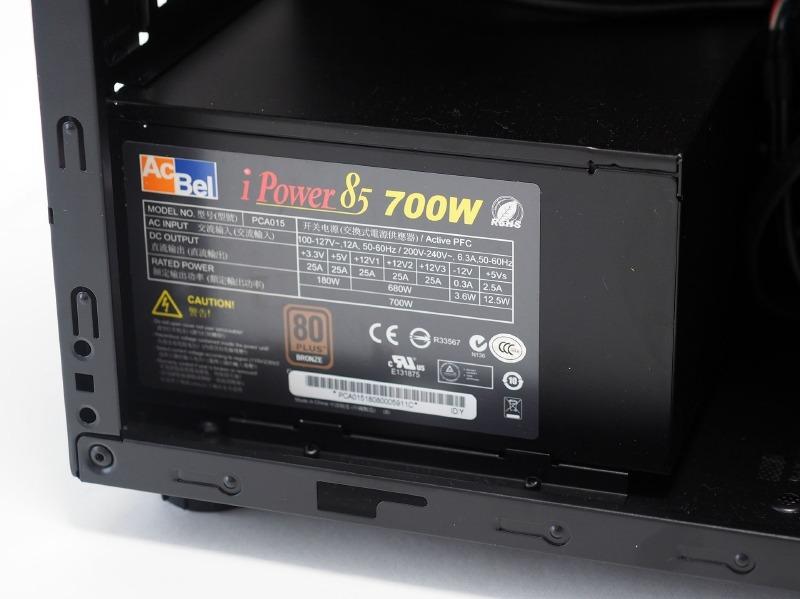 電源のAcBell製で出力は700W。変換効率を示す80PLUSのグレードはBronze準拠