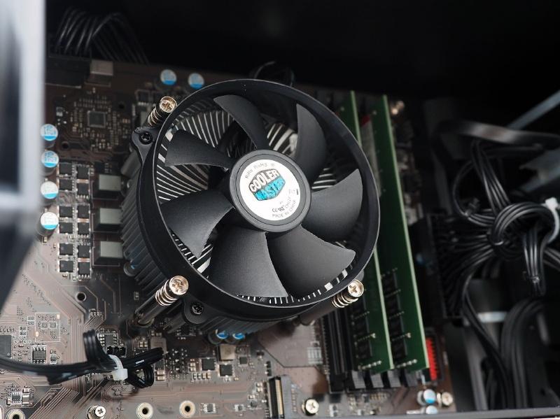 CPUクーラーはトップフロー型でリテールクーラーと同じくらいのサイズのものだ