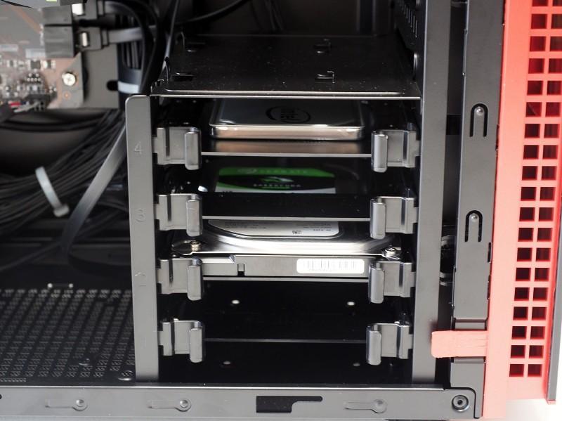 3.5/2.5インチベイは4基。SSD、HDDが搭載されていた