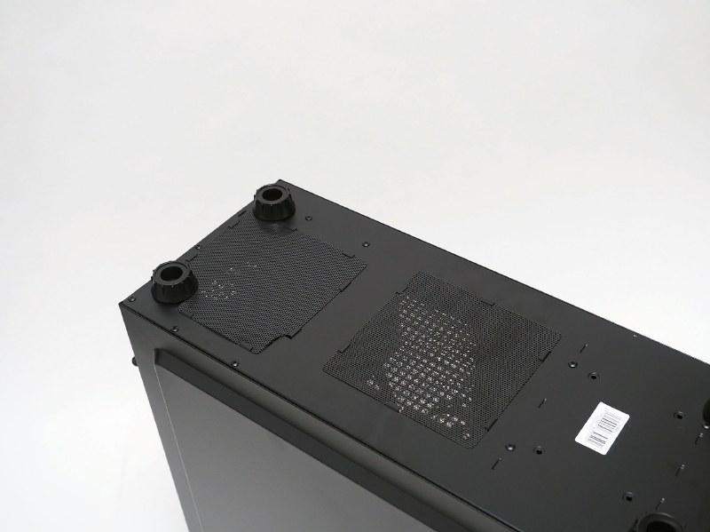 底面には電源ファン部分とその手前に吸気口を設け、簡単に着脱・メンテナンスできるフィルタを装着している