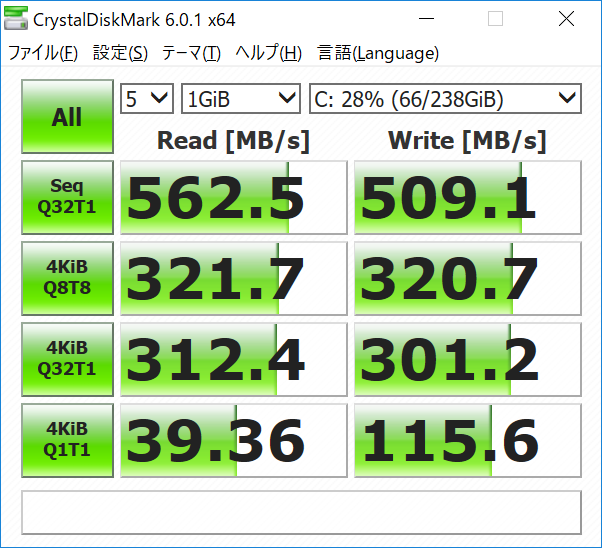 CドライブのCrystalDiskInfoによる情報とCrystalDiskMarkによる転送速度。SATA接続だが速さは十分
