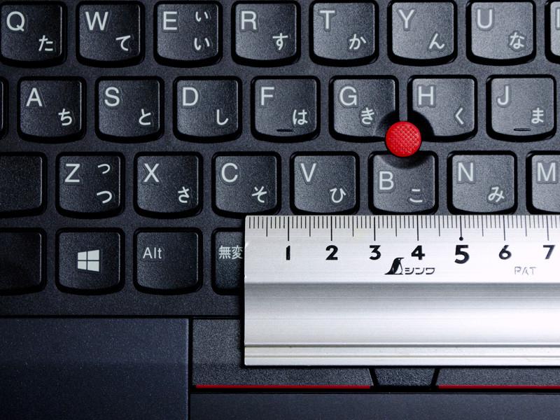 キーピッチは実測で約18.5mm。右側の手前や[Enter]左側のピッチがせまくなっているものの、これらは従来のX240以降と同じ