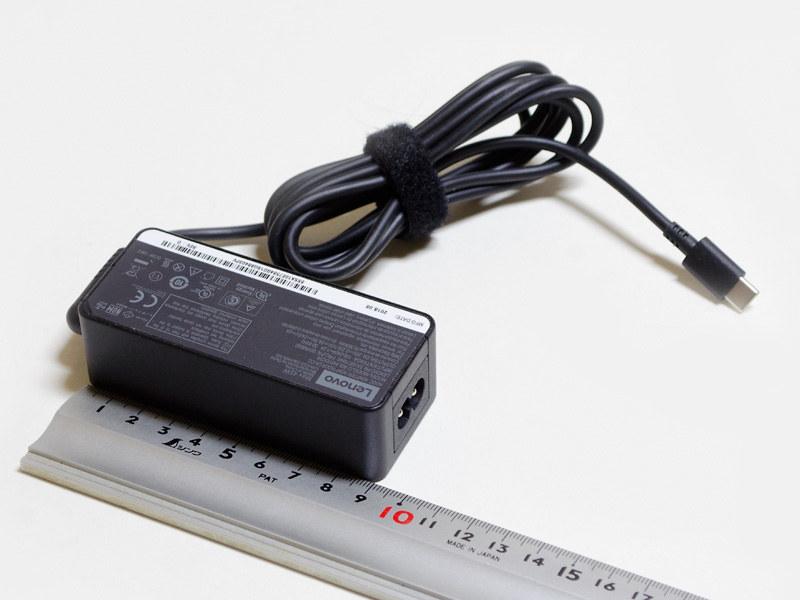 ACアダプタのサイズは約90×40×28mm(幅×奥行き×高さ)、重量177g。出力20V/2.25A、15V/3A、9V/2A、5V/2A