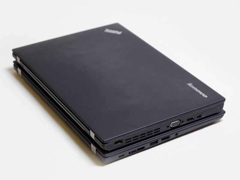 ThinkPad X250との比較。左側のレイアウトがずいぶん違うのがわかる。X250は、若干厚みがあるものの、奥行きは気持ち短い。体積はあまり変わらないのに約300gほど重い