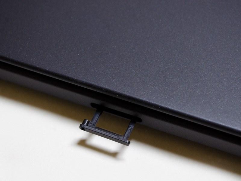 背面側面にあるmicroSDカードスロット。取り外しにピンが必要なので、頻繁に出し入れする用途には向かない