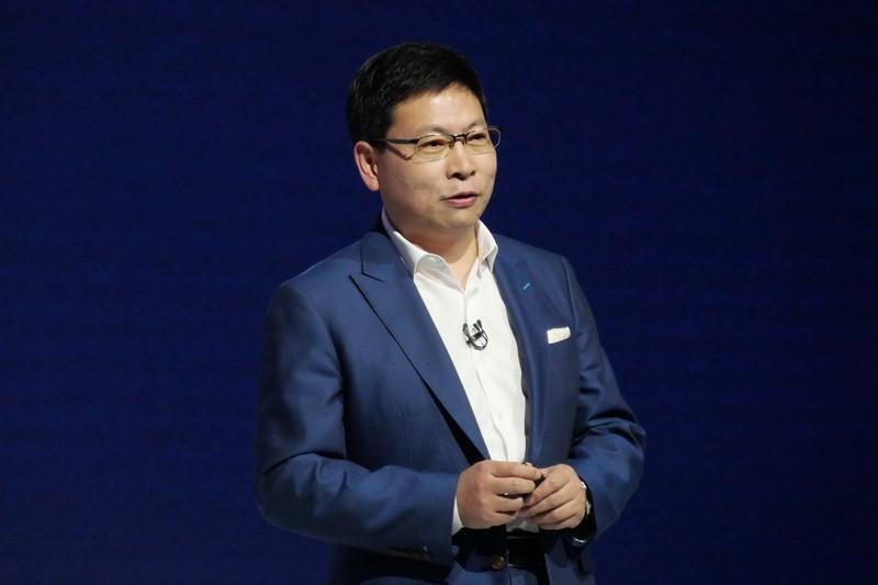 発表会に登壇し、新製品を発表するHuaweiコンシューマービジネスグループCEOのリチャード・ユー氏が登壇。ユー氏