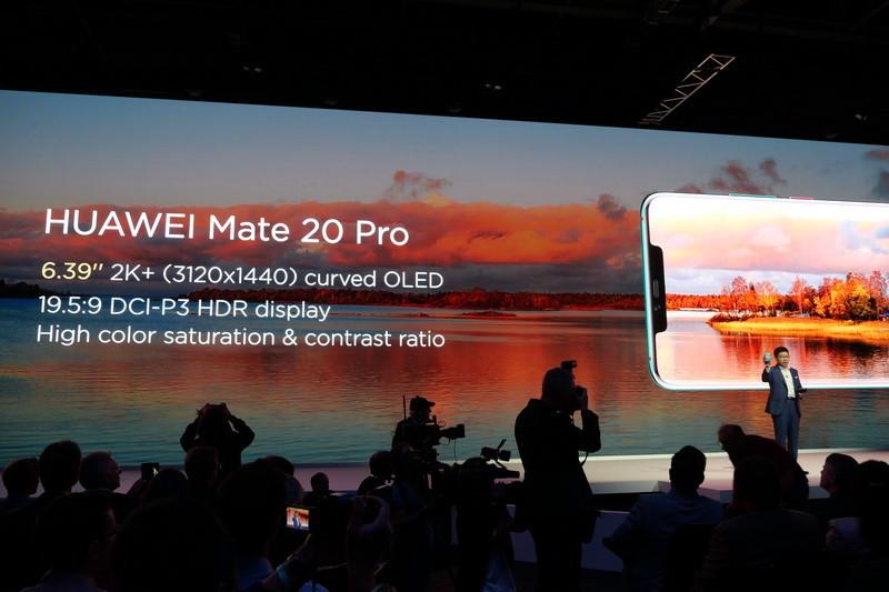 Mate 20 Proは、1,440×3,120ドット表示対応で側面付近がカーブした6.39型有機ELパネルを採用する
