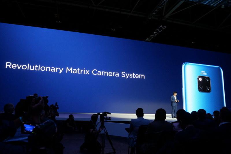 背面のトリプルレンズカメラは「Matrix Camera System」と呼ばれる
