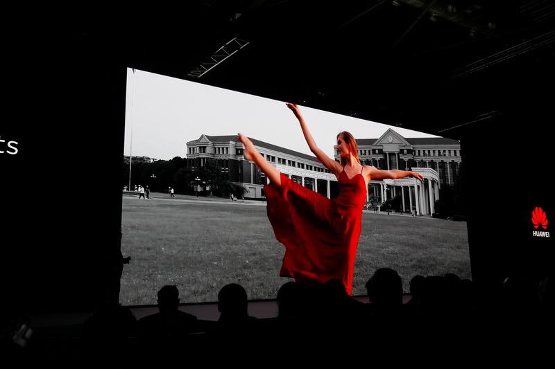 SoCのNPUを駆使し、リアルタイムで人物以外の背景をモノクロに加工した動画を撮影できる