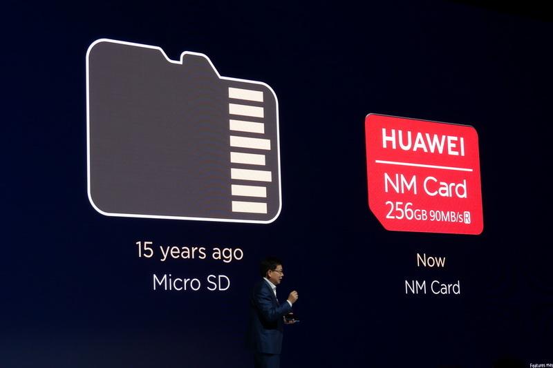 nano SIMと同形状で、microSDカードの44%ほどしかない小ささながら、容量256GBでアクセスも十分に高速
