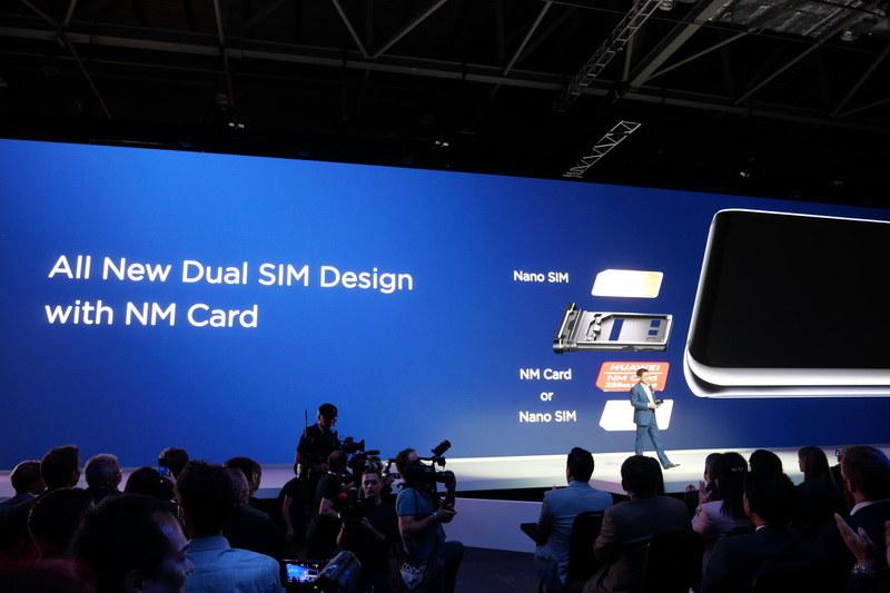 SIMトレイは上下にnano SIMを装着する形状で、上はSIM、下はSIMとNM Cardの排他利用となる