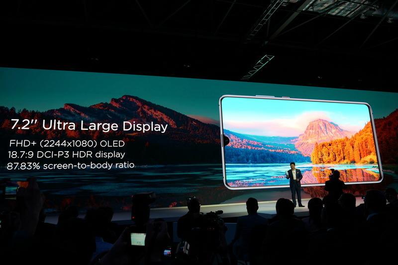 ディスプレイは有機ELパネルで、HDR表示にも対応。こちらも圧倒的な狭額縁仕様となっている