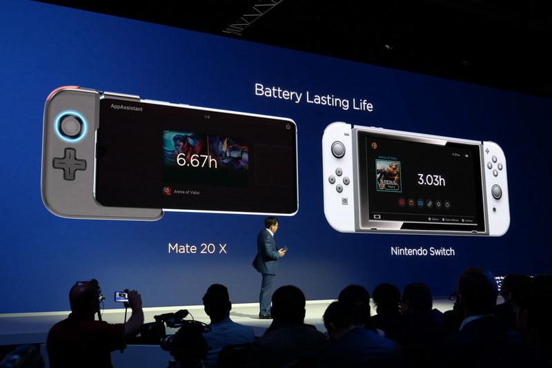 Nintendo Switchとの比較も紹介するなど、強気のアピールが続く