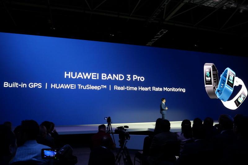こちらはリストバンド型の「Huawei Band 3 Pro」